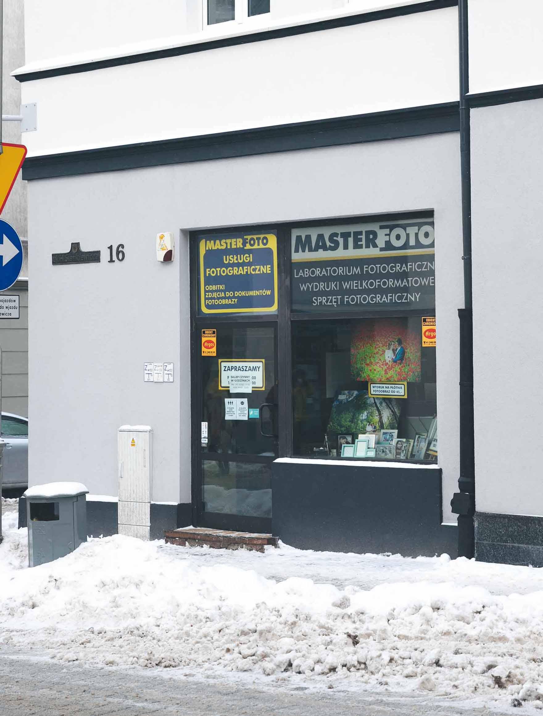 Główne wejście do sklepu fotograficznego Master Foto od ul. H. Sienkiewicza